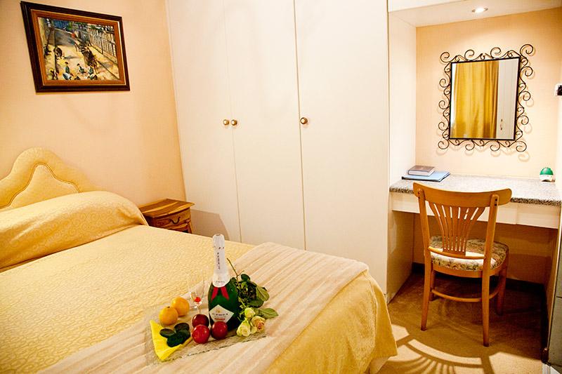 De Luxe Self Catering Double Bedroom